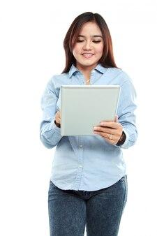 Mulher asiática sorridente usando o tablet pc