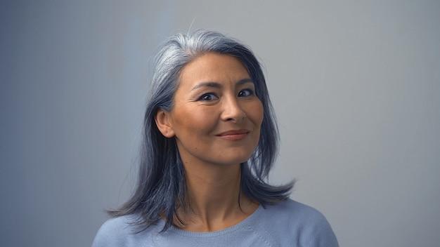 Mulher asiática sorridente