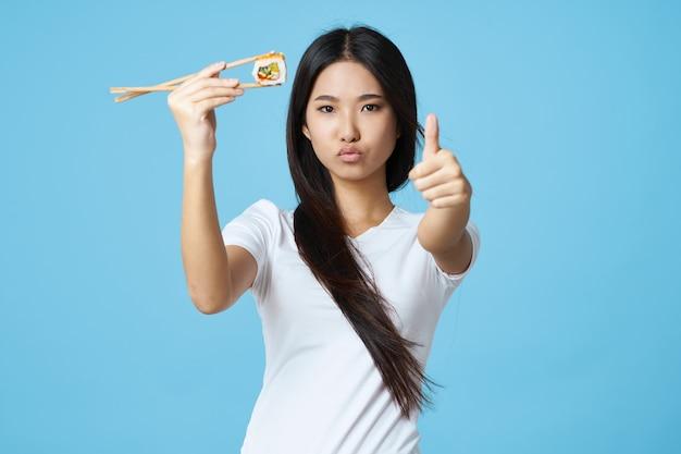 Mulher asiática sushi rola modelo de cozinha japonesa tradicional