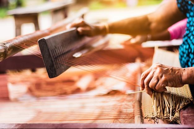 Mulher asiática, tecendo, típico, tailandês, esteira palha, de, secos, papyrus