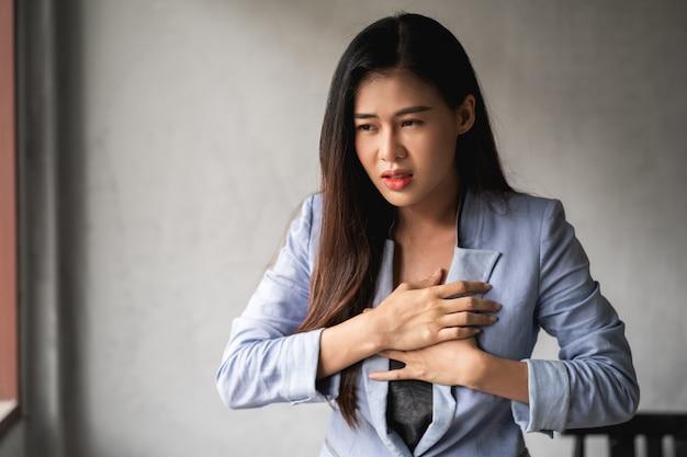Mulher asiática tem um resfriado e sintomas tosse, febre, dor de cabeça e dores