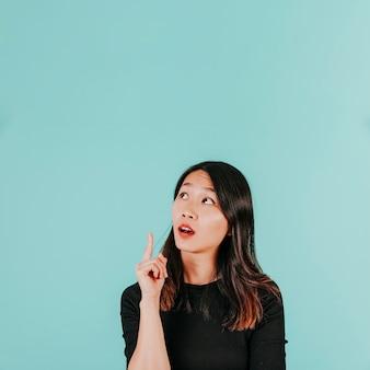 Mulher asiática tendo idéia