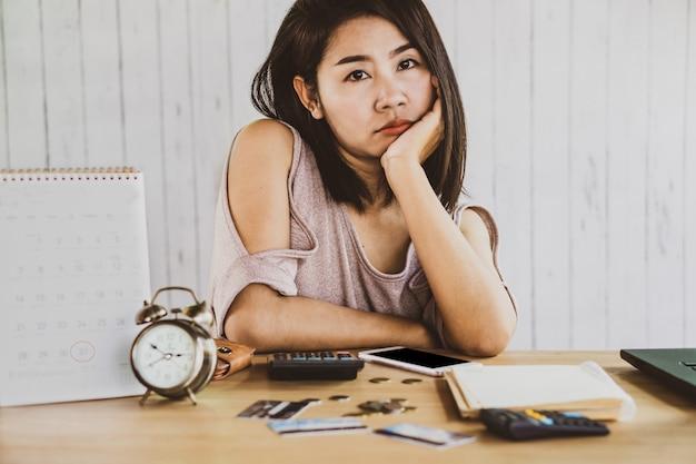 Mulher asiática, tendo, problema, falência