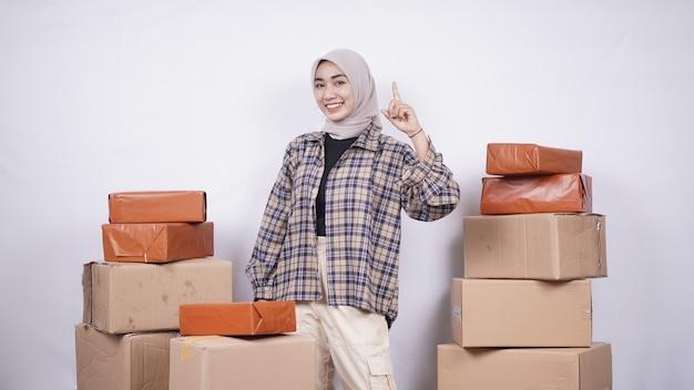 Mulher asiática teve a ideia de vender produtos online isolado fundo branco