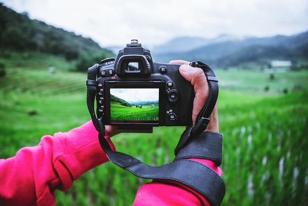 Mulher asiática tirando uma foto na natureza