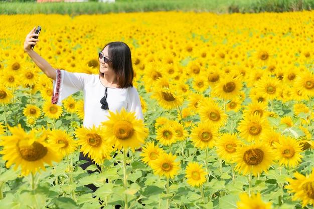 Mulher asiática tirar foto smartphone.