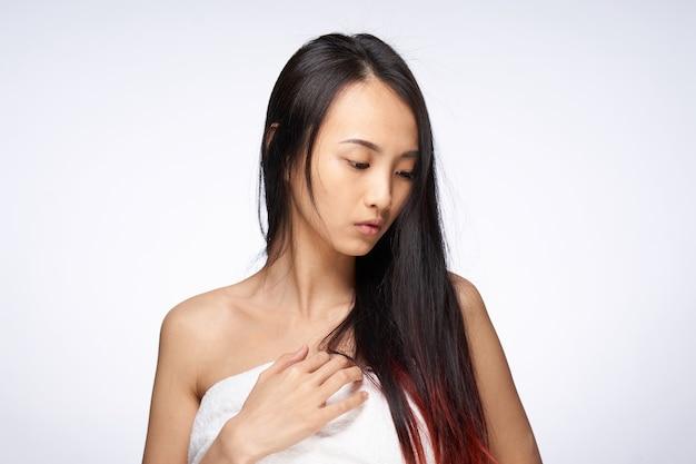 Mulher asiática toalha de cabelo solto no corpo, ombros nus, higiene