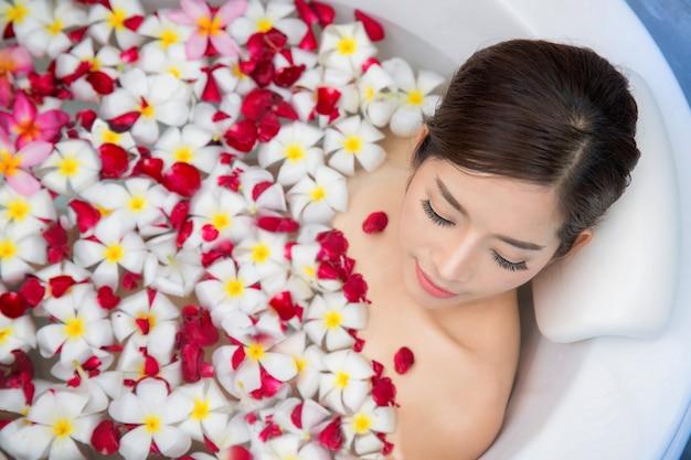 Mulher asiática tomando banho em loja de spa