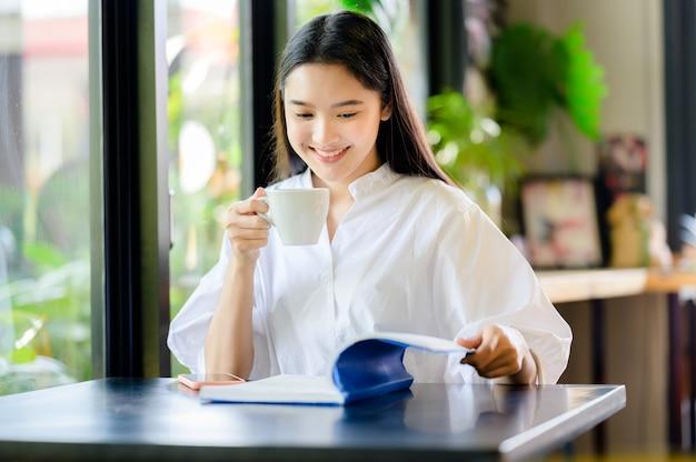 Mulher asiática tomando café e apreciando seu café da manhã