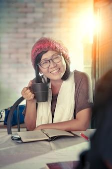 Mulher asiática toothy rosto sorridente com discussão de emoção felicidade na loja de café, relaxante emoção, estilo de vida moderno de pessoas