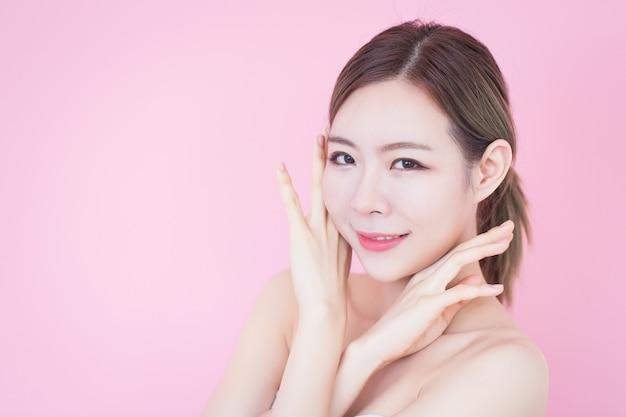 Mulher asiática, toque, dela, limpo, rosto