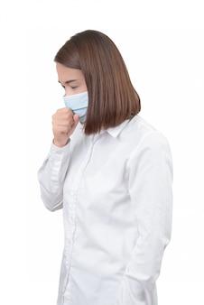 Mulher asiática tosse com máscaras de proteção