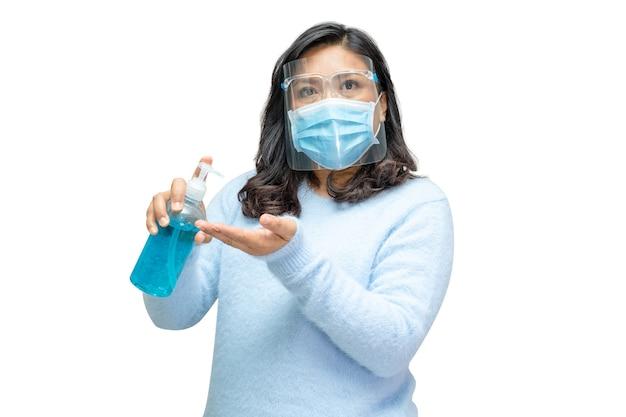 Mulher asiática trabalhadora lavando as mãos pressionando o gel desinfetante de álcool azul.