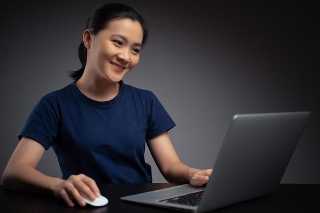 Mulher asiática, trabalhando com o laptop. mulher de negócios, trabalhando no laptop no escritório.