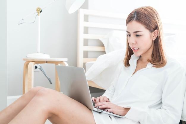 Mulher asiática, trabalhando em casa