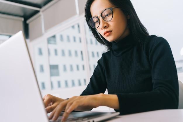 Mulher asiática trabalhando em casa