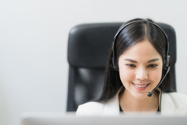 Mulher asiática, trabalhando em um call center