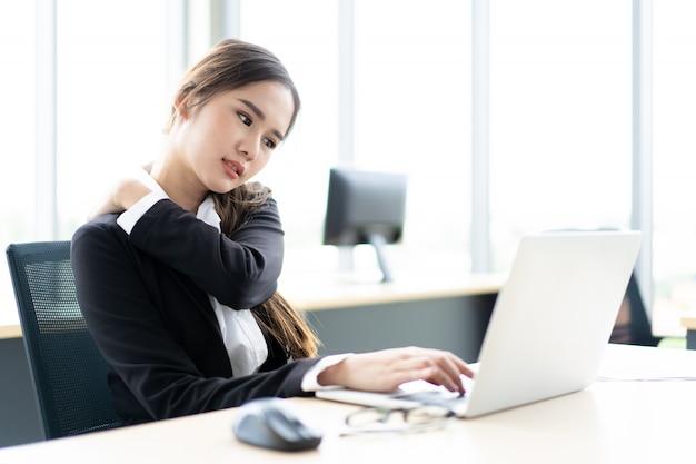 Mulher asiática, trabalhando escritório