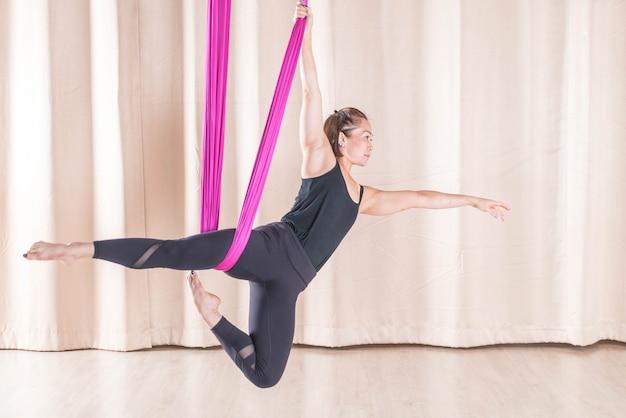 Mulher asiática, treinamento, em, quarto aptidão, com, mosca, ioga, elementos