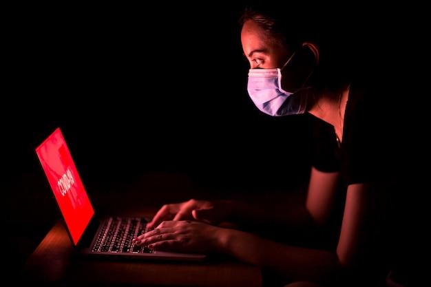 Mulher asiática triste e se preocupe com o coronavirus se espalhando após verificar notícias na internet