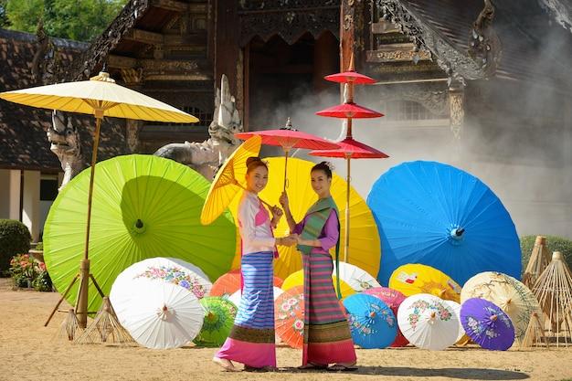 Mulher asiática usando a cultura tradicional tailandesa no estilo lanna