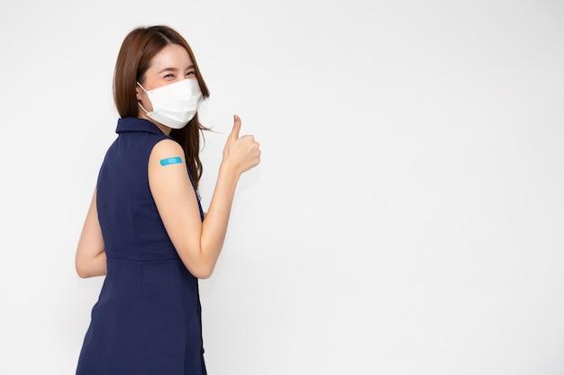 Mulher asiática usando máscara facial e braço com gesso isolado no fundo branco