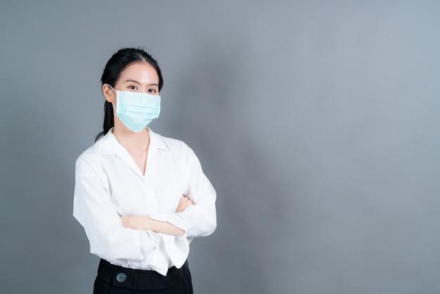 Mulher asiática usando máscara médica protege o filtro de poeira pm2.5 antipoluição, antipoluição e covid-19