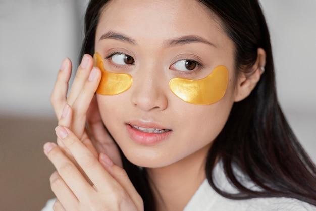 Mulher asiática usando tapa-olhos