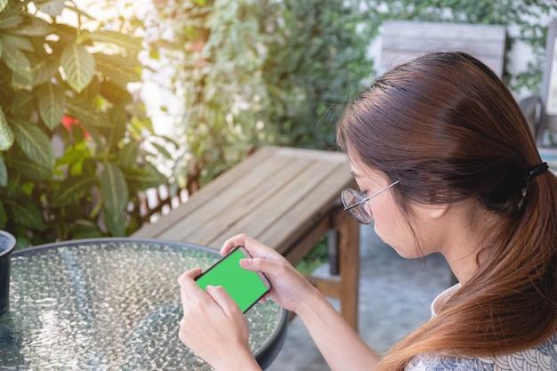 Mulher asiática, usando telefone móvel