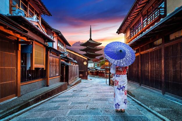 Mulher asiática vestindo quimono tradicional japonês no pagode de yasaka e na rua sannen zaka em kyoto, japão.
