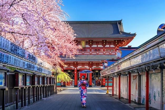 Mulher asiática vestindo quimono tradicional japonês no templo em tóquio, japão.