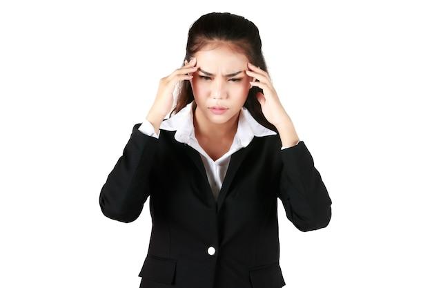 Mulher asiática vestindo terno preto segurando a mão mostrar dor de cabeça. mulher de negócios apresentando sintomas suficientes em fundo branco. conceito tenso sério insatisfeito.