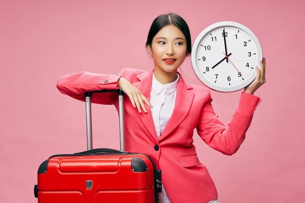 Mulher asiática viaja com uma mala nas mãos, férias,