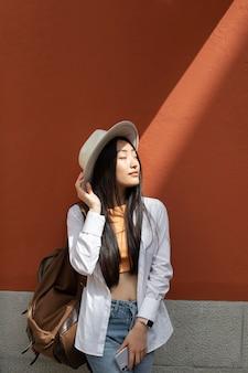 Mulher asiática viajando em um lugar local