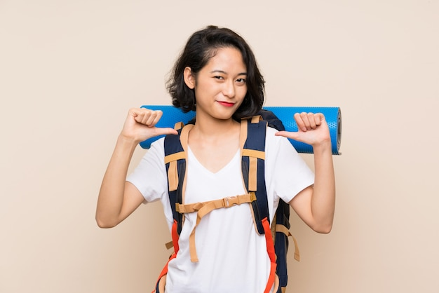Mulher asiática viajante orgulhosa e satisfeita
