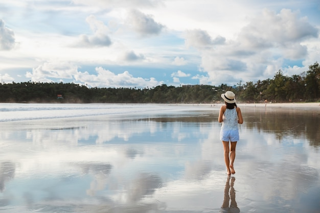 Mulher asiática viajante relaxando e passeando na praia de kata em phuket, tailândia