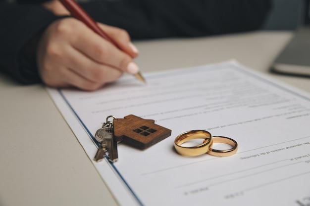 Mulher assinando contrato de casamento