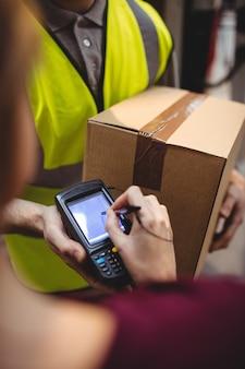 Mulher, assinando, dispositivo, entrega, parcela, van