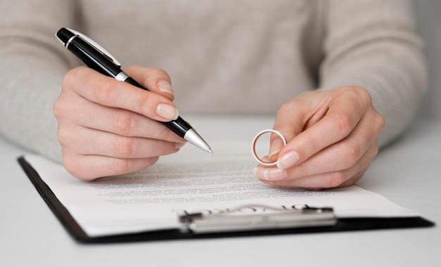 Mulher assinar contrato de divórcio