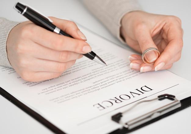 Mulher assinar documento de divórcio