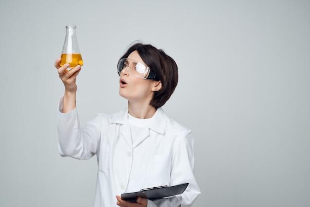 Mulher assistente de laboratório ciência tecnologia de pesquisa de solução química
