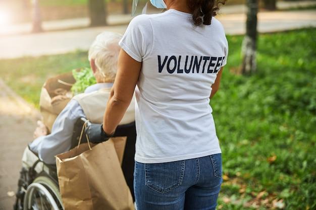 Mulher assistente social cuidando de um homem idoso
