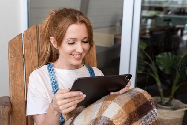 Mulher assistindo a um filme em seu tablet
