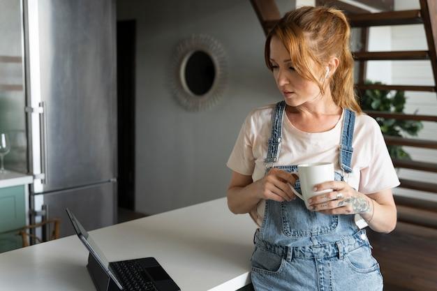 Mulher assistindo a um filme na netflix