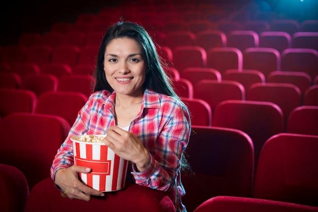 Mulher assistindo filme no cinema