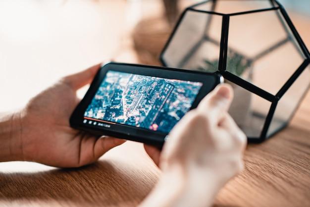 Mulher assistindo filme online no celular