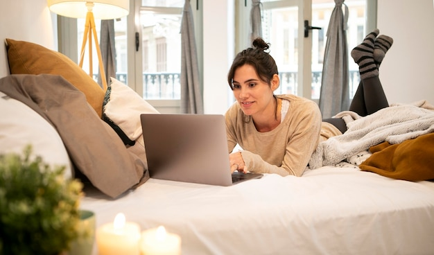Mulher assistindo um programa de tv em casa