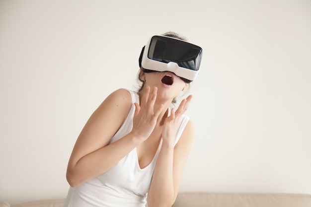 Mulher assustada com simulação virtual realista