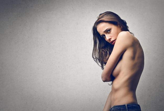 Mulher assustada de topless