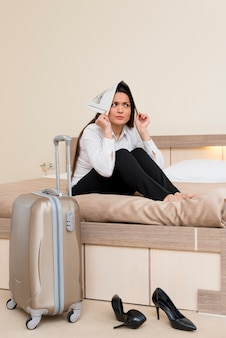 Mulher assustada no quarto de hotel